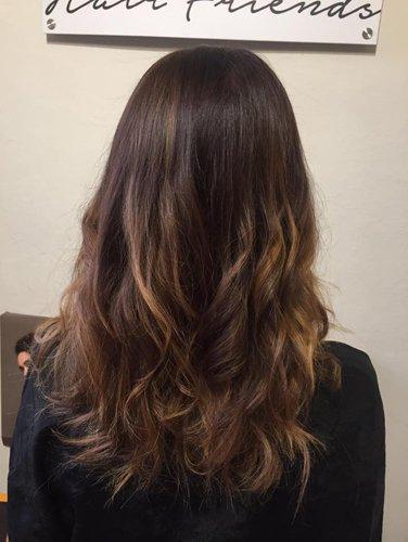 capello lungo marrone con qualche colpo di luce