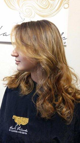 vista laterale di una modella con capelli castano chiaro