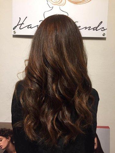 cliente girata di spalle con capelli marroni lunghi e mossi