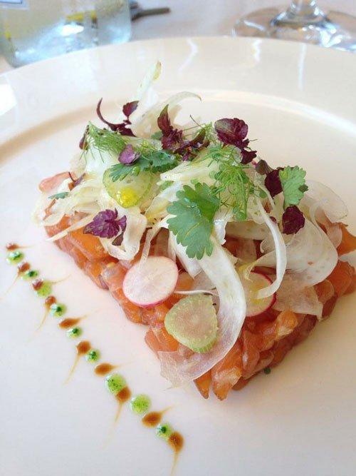 salmone crudo con insalata
