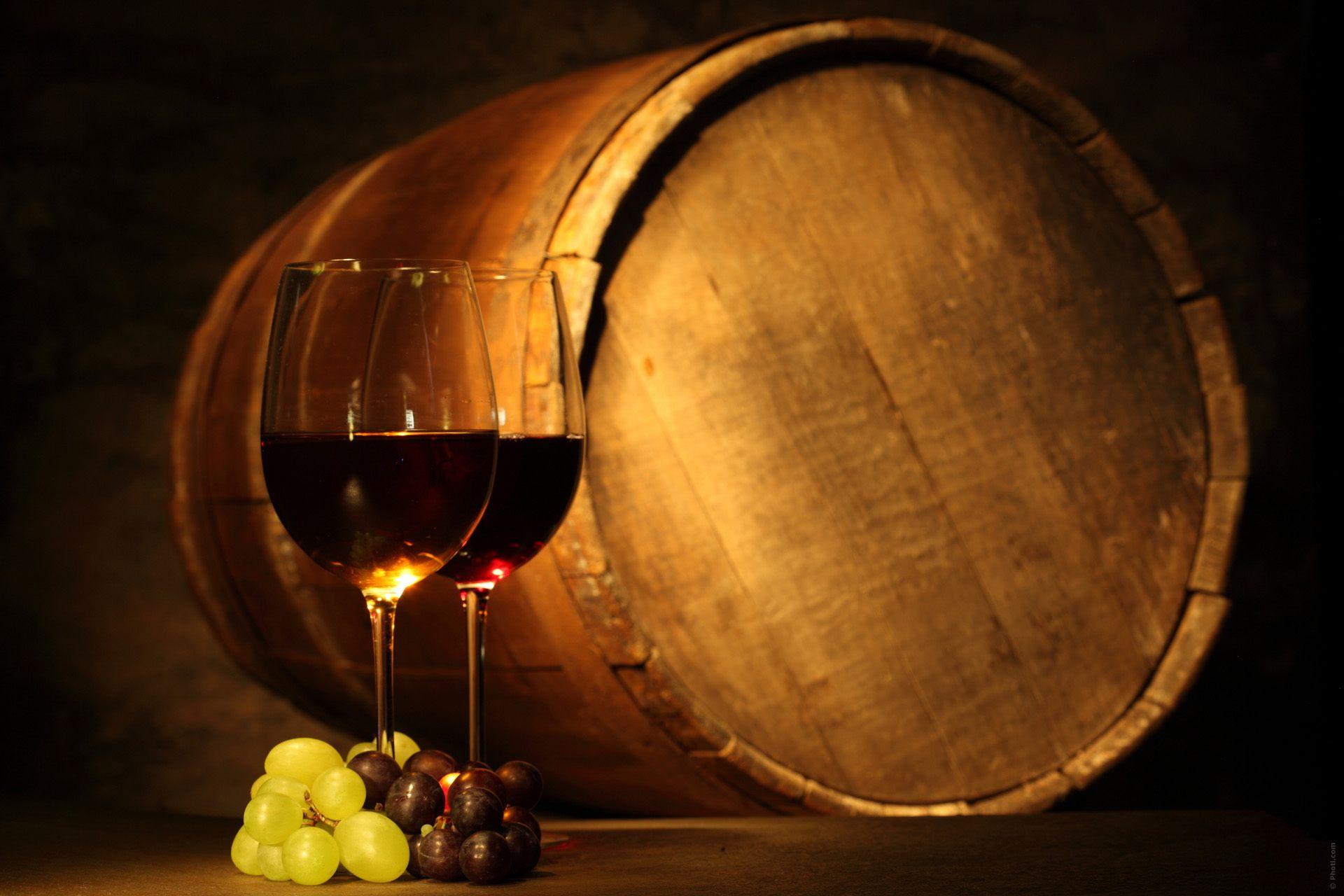 botte di vino con due bicchieri di calice di vino