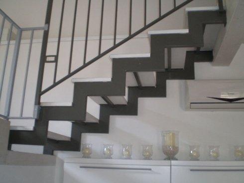 scala interna con ringhiera in ferro battuto