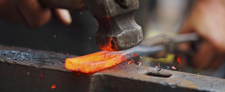 martello che batte il ferro incandescente