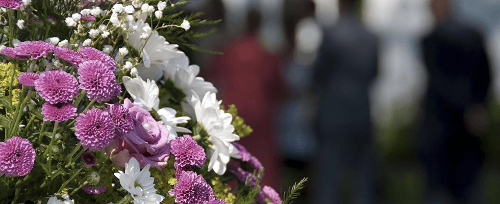 dettaglio corona fiori bianchi e viola
