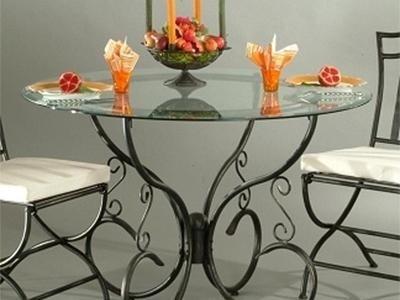 vasi con tavolo e sedie in ferro battuto