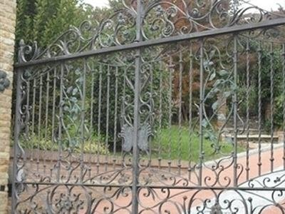 cancello con decorazioni in ferro battuto