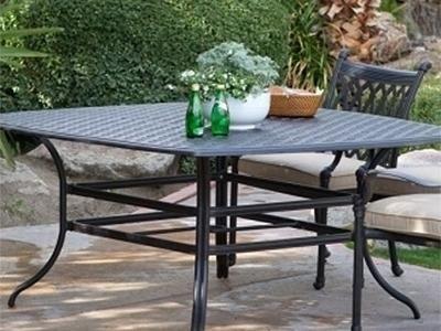 vaso sul tavolo da the in ferro battuto