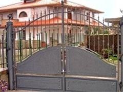 vista frontale di un esdificio con cancello in ferro battuto