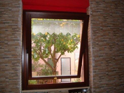 particolare finestra a bilico legno