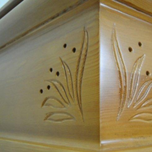 Inquadratura d'angolo di un feretro decorato