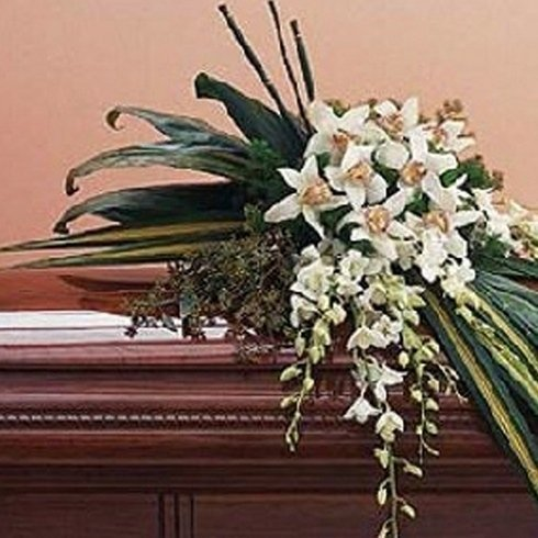 Decorazione floreale bianca su un feretro