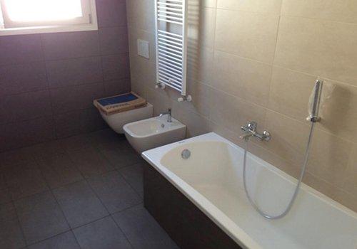 un bagno con una vasca, un bidet e un Wc