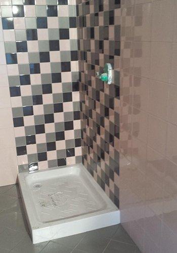 muri di un bagno con le piastrelle a scacchi di color bianco, grigio e nero