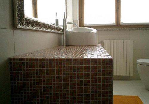 una mensola con piastrelle multicolore e un lavabo moderno