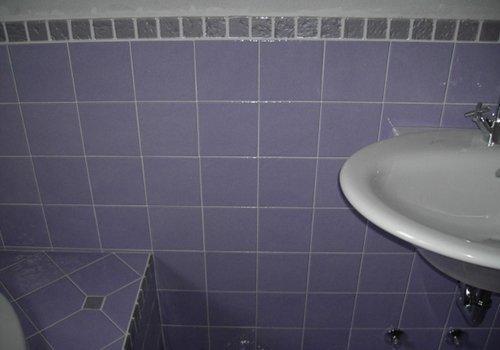 piastrelle di un bagno di color viola