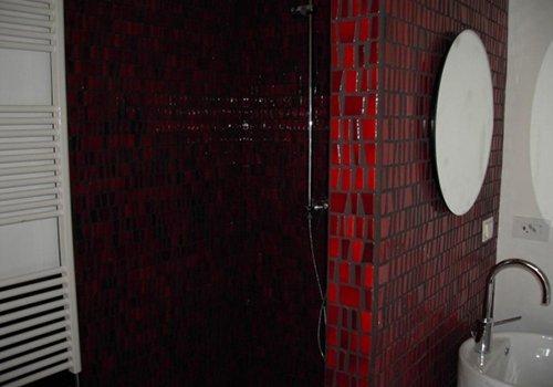 un box doccia in piastrelle di color rosso