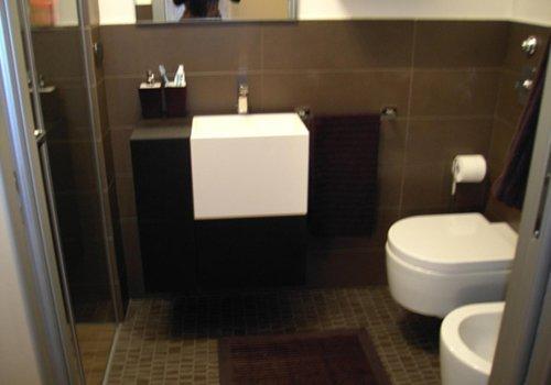 un bagno con un lavabo quadrato, bidet e Wc