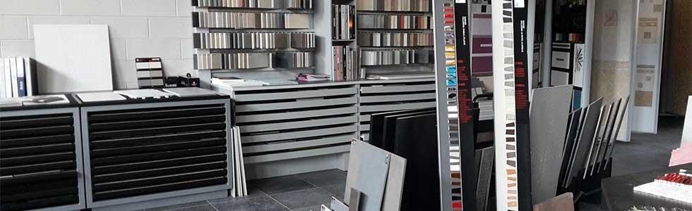 interno di un negozio di piastrelle di vari tipi e colori