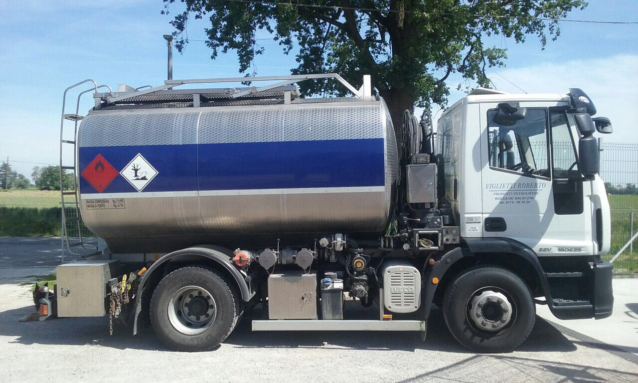 auto cisterna trasporto carburanti 1