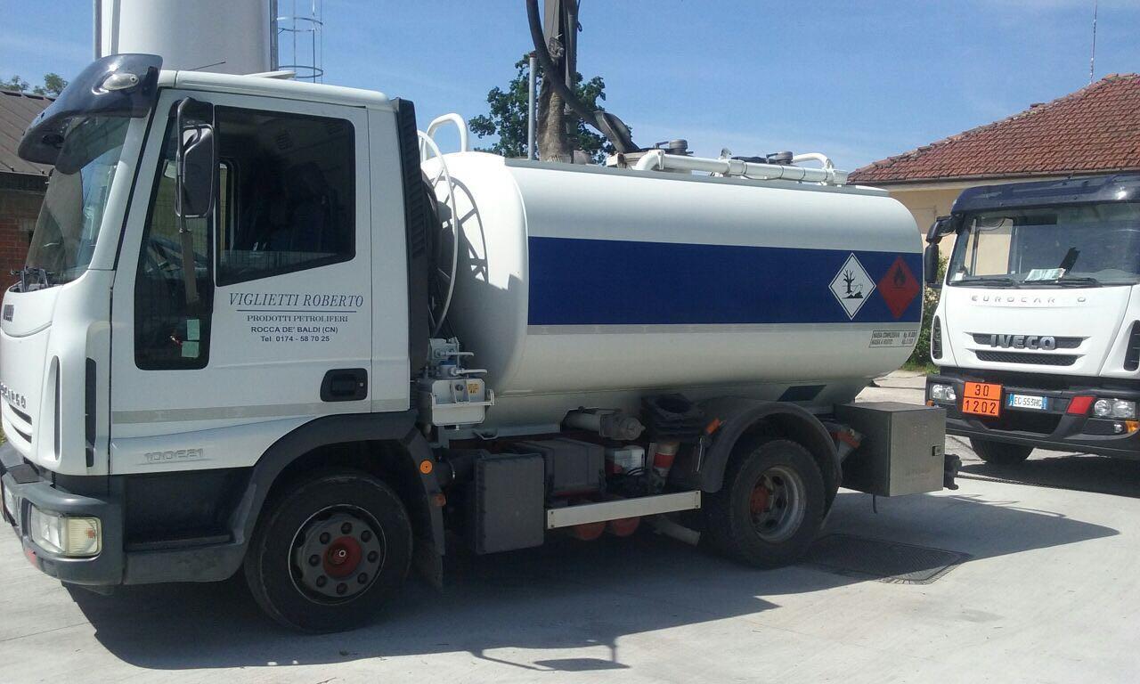auto cisterna trasporto carburante