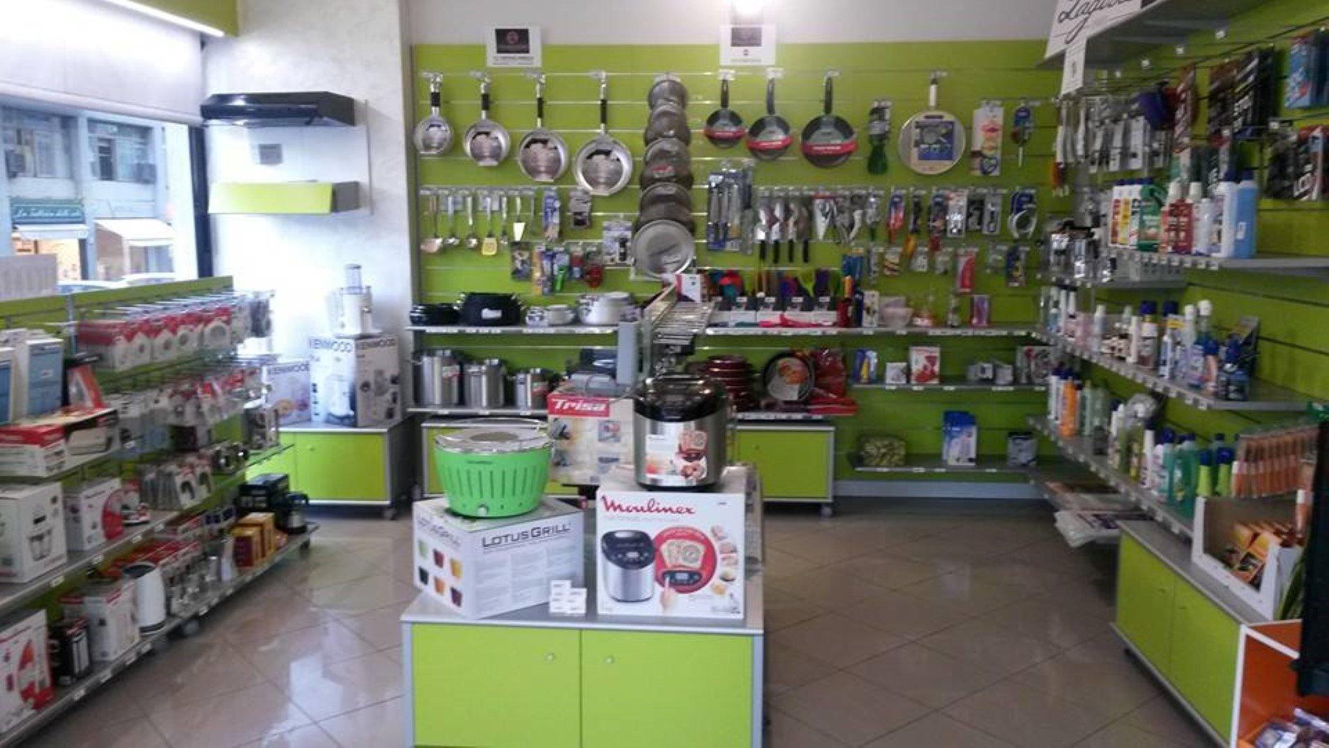 Padelle e accessori per cucina appesi ad una parete