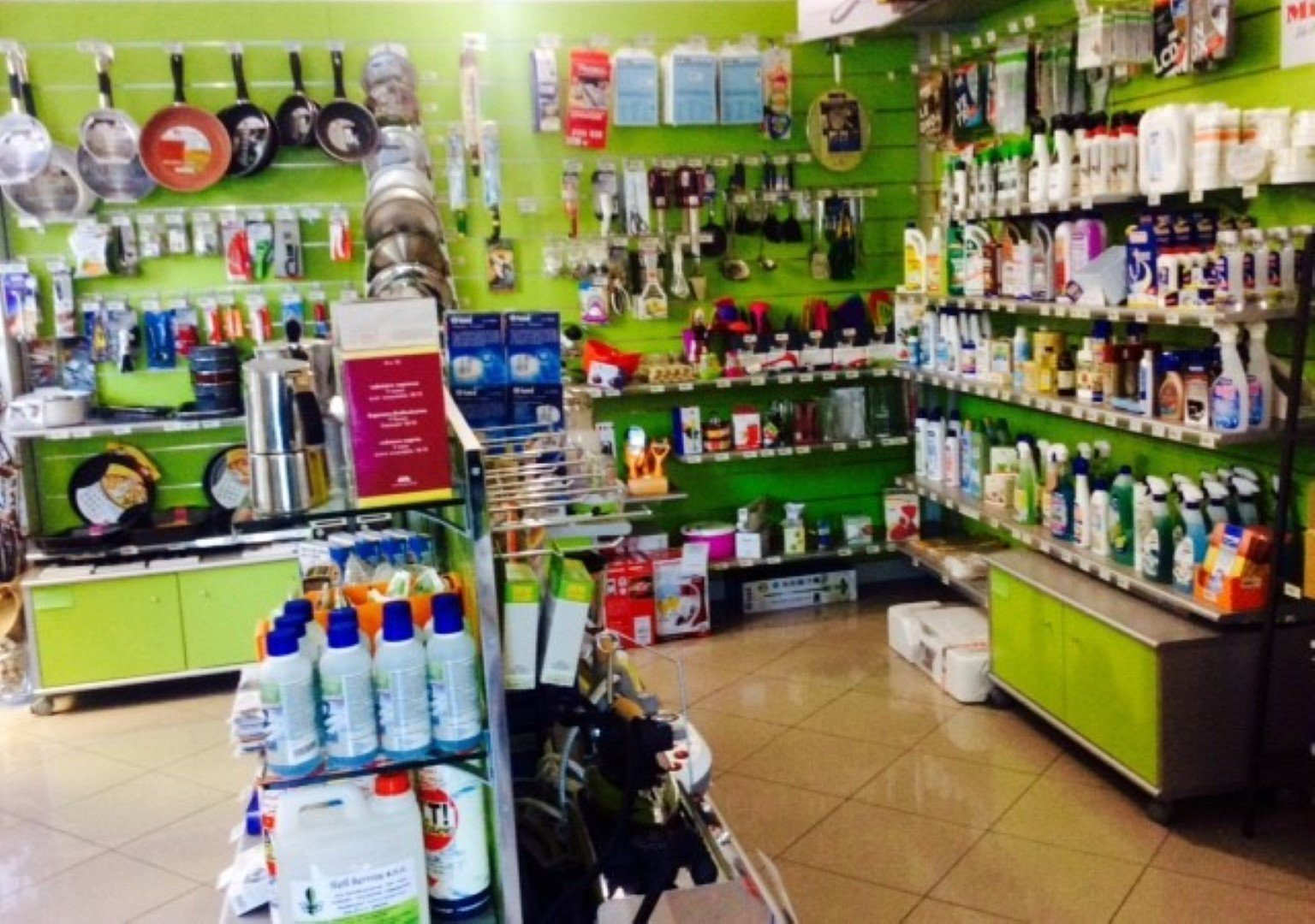 Interno di un negozio con pareti verdi