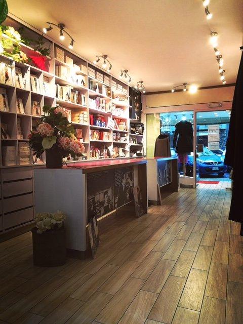 interno negozio con pavimento in legno