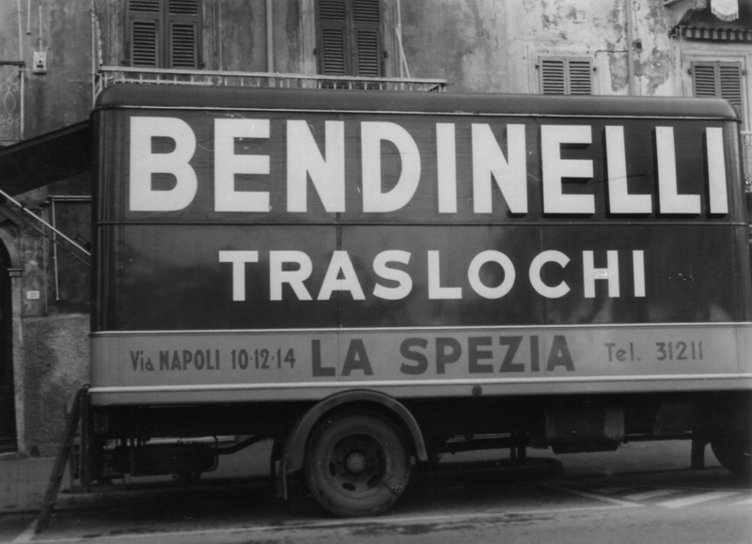 foto in bianco e nero di un vecchio camion traslochi