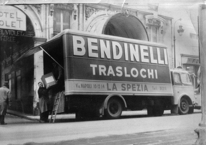 una foto in bianco e nero di un camion