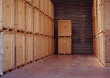 delle casse in legno in un magazzino