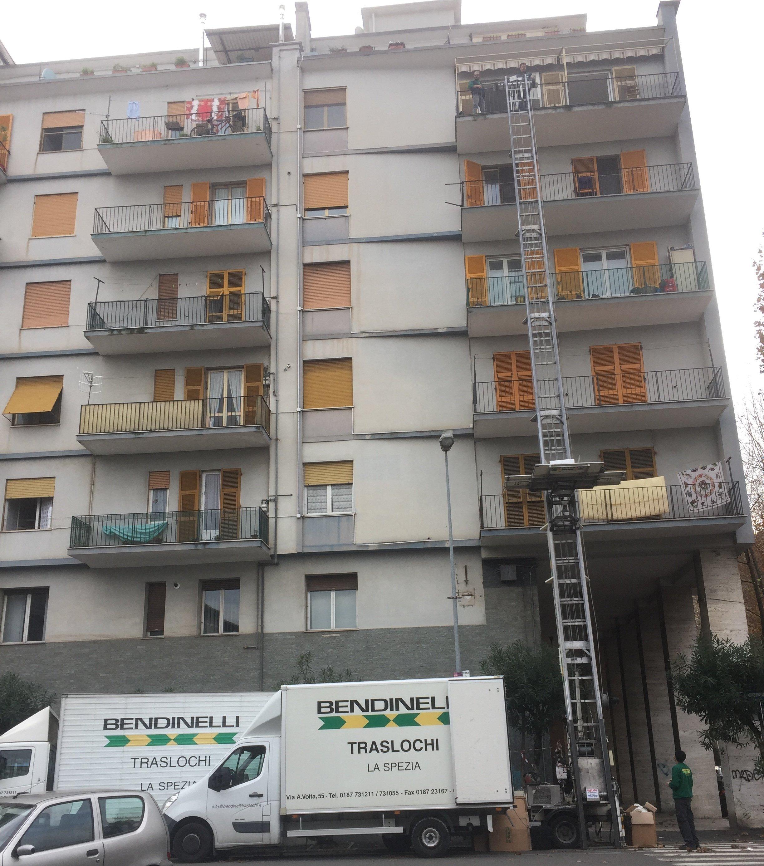 una lunga scala vicino a un condominio