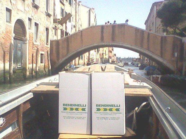 una barca con due scatoloni