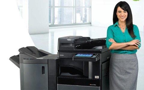 assistente con fotocopiatrice