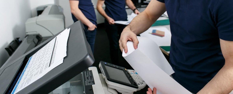 Un tecnico che cambia un toner di inchiostro