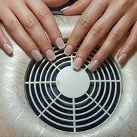 Mani di una donna con lo smalto di color beige