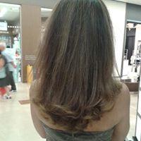 Una donna vista da dietro con capelli di color castano scuro