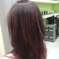 Una donna vista dal dietro con capelli di color  Borgogna