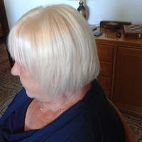 Una signora con capelli di color bianco e tagliati corti con una frangetta