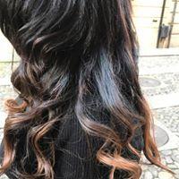 Capelli di una donna di color nero e sulle punte tinti di color castano chiaro