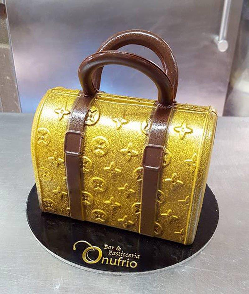 torta a forma di bauletto Luis Vuitton