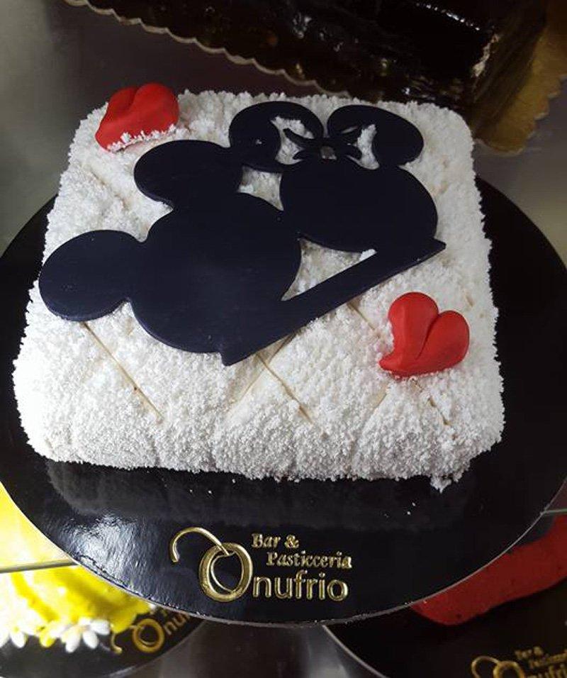 torta al cioccolato con immagine di topolino e minni