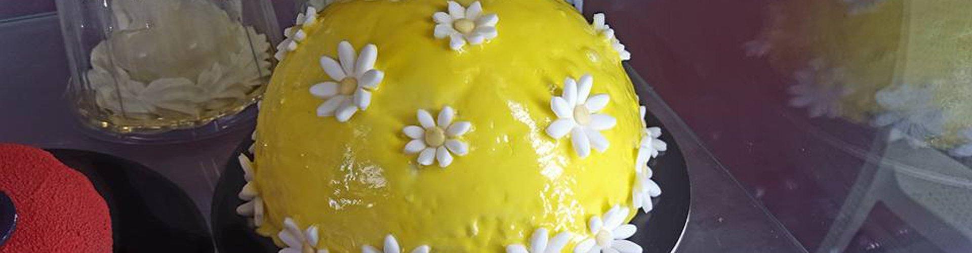 torta al limone con fiori di zucchero