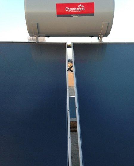 vista di due pannelli di color blu scuro e sopra una tanica in ferro color grigio con scritto Chromagen