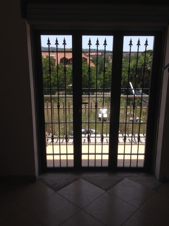 Porta con inferriata in ferro a Napoli