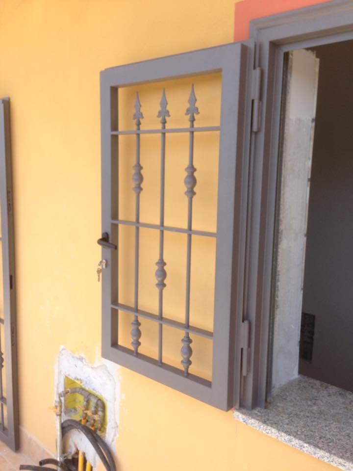 Finestra aperta in ferro a Napoli