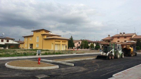 strada residenziale asfaltata