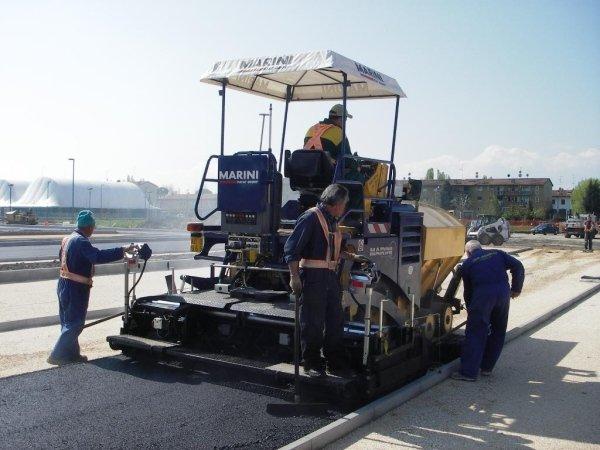asfaltatura di corsia in un parcheggio