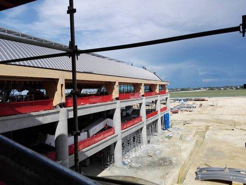 cantiere edile con copertura di un tetto spiovente