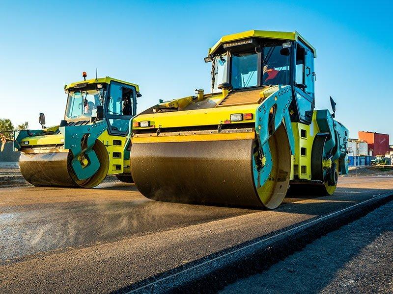 macchine che appiatiscono l'asfalto