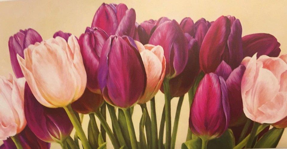 quandro che rappresenta dei tulipani bianchi e viola